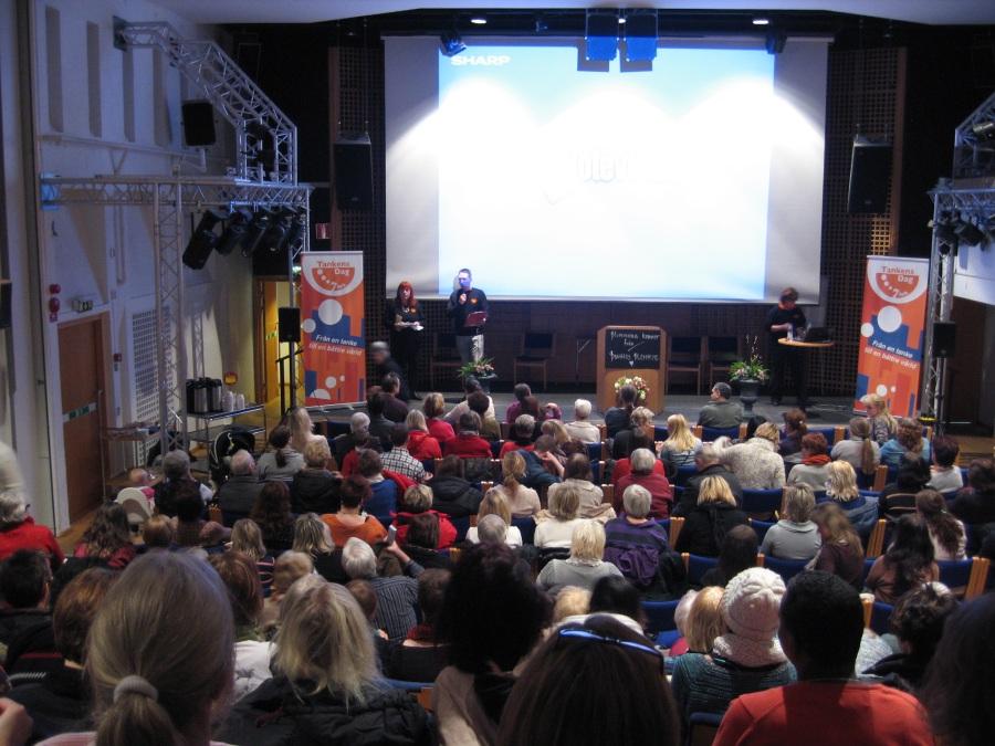 Leif Grytenius och Lisbeth Pedersen delar ut priser på Tankens dag 2013 i Gävle som firades på Bomhus Folkets Hus